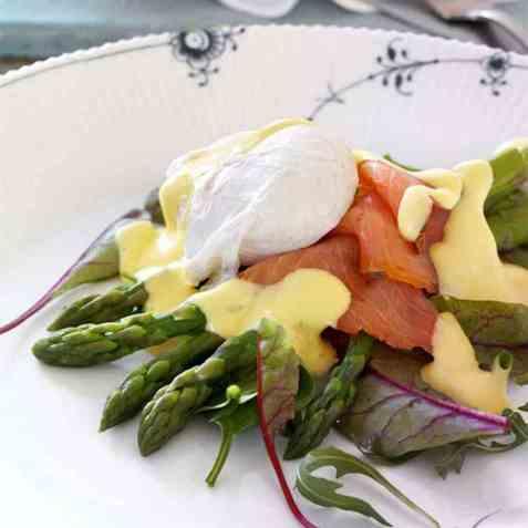 Posjert egg med asparges og laks på salatseng oppskrift.