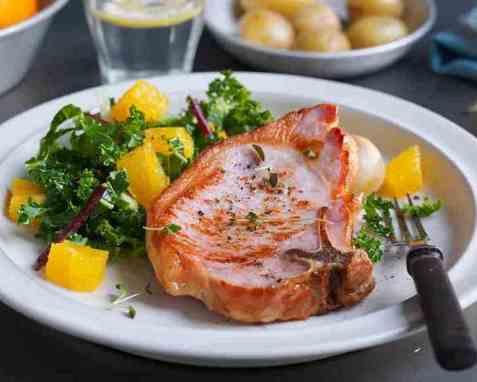 Sommerkoteletter med appelsin og grønnkålsalat oppskrift.