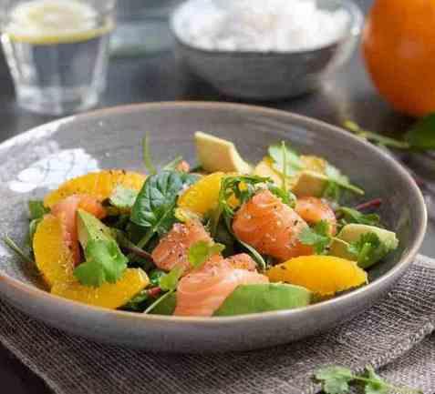 Salat med laks, appelsin og avokado oppskrift.