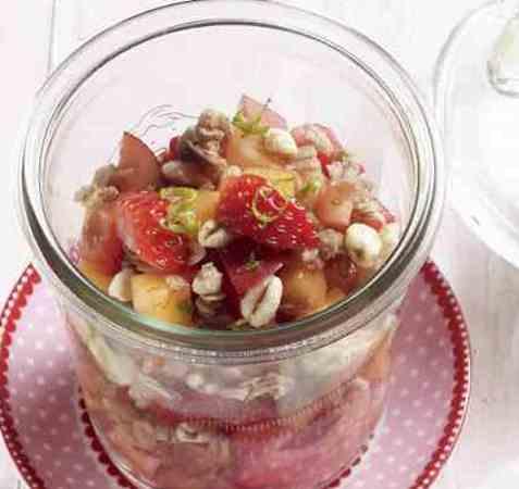 Frisk jordbærsalat med müsli oppskrift.
