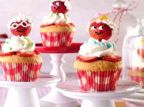 Muntre mandelmuffins med jordbær oppskrift.