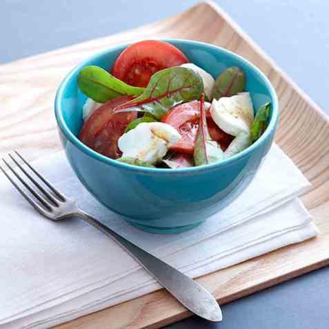 Tomat- og mozzarellasalat til grillmaten oppskrift.