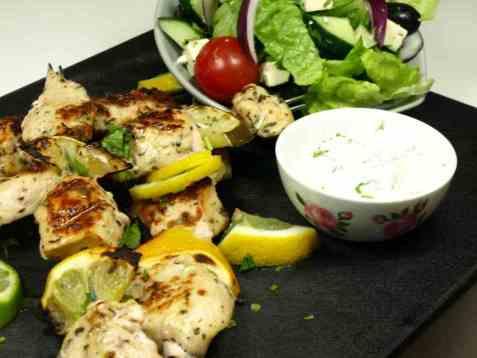 Dagens oppskrift er Souvlaki med kylling og gresk yoghurt.