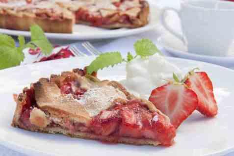 Sommerpai med jordbær og rabarbra oppskrift.