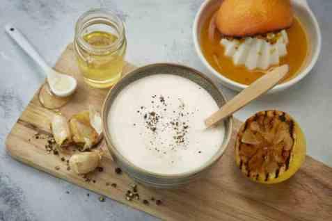 Yoghurtdipp med grillet sitrus, bakt hvitløk og honning oppskrift.