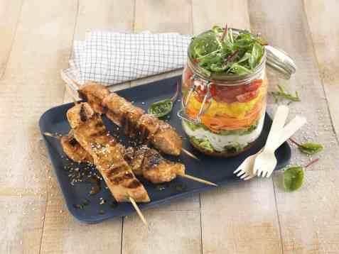 Grillspyd med svinekjøtt og salat i glass oppskrift.