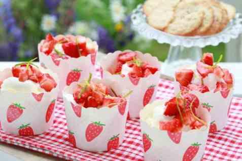 Limemarinerte jordbær med vaniljeis oppskrift.