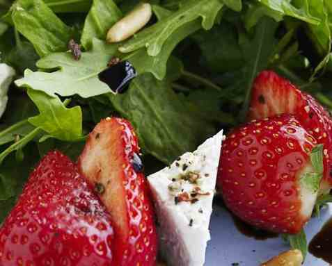 Jordbærsalat med ruccula oppskrift.
