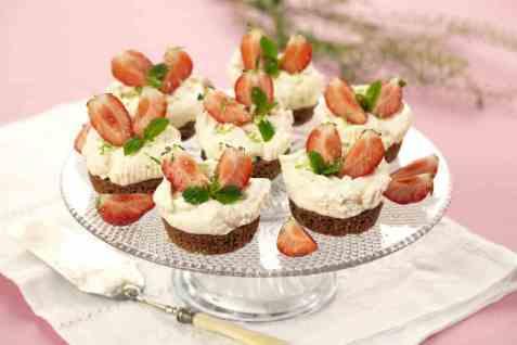 Mini ostekaker med jordbær oppskrift.