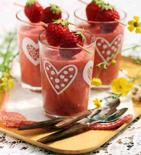 Smoothie med jordbær, lime og kokos oppskrift.