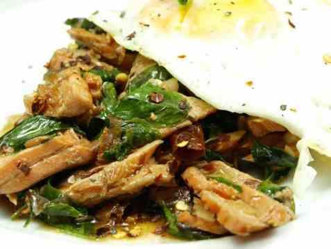 Stekt laks med chili og basilikum på thailandsk vis oppskrift.
