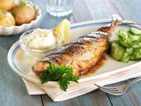 Stekt makrell med agurksalat oppskrift.