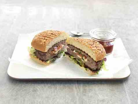 Grillet hamburger fylt med tomat og mozzarella oppskrift.