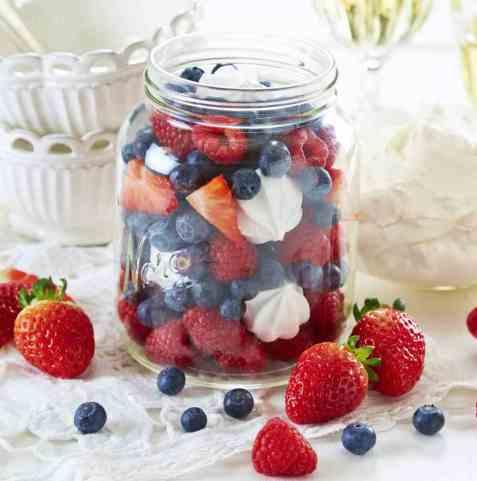 17. mai-dessert i rødt, hvitt og blått oppskrift.