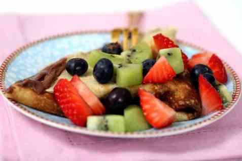 Pannekaker med frukt, bær og sjokoladekrem oppskrift.