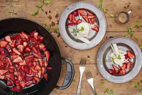 Karamelliserte jordbær med hvit sjokoladefondant oppskrift.