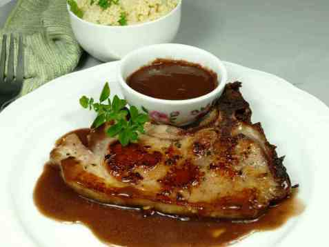 Svinekotelett med couscous og rødvinsaus oppskrift.