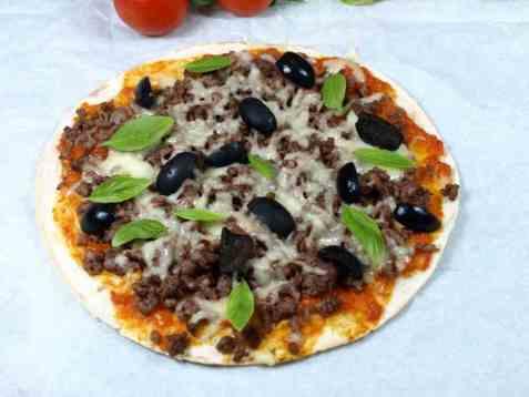 Tortillapizza med oliven og kjøttdeig oppskrift.