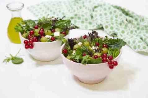 Sommersalat med stikkelsbær oppskrift.