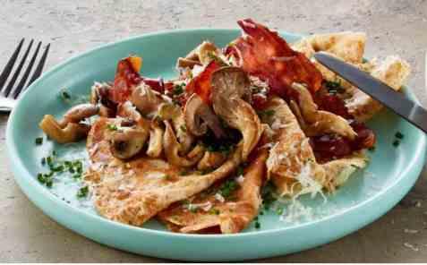 Grove pannekaker med ost, sopp og bacon oppskrift.
