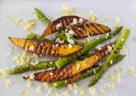 Søtpotet og asparges på grillen oppskrift.
