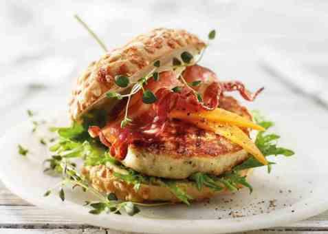 Fiskeburger med cheddar og bacon oppskrift.