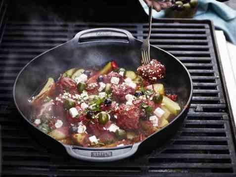 Greske kjøttboller med tomat og poteter på grillen oppskrift.
