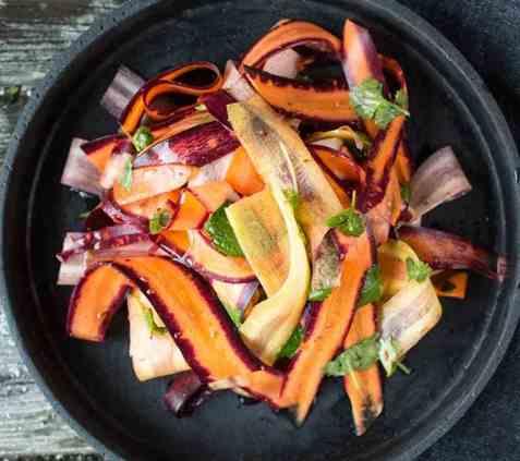 Frisk gulrotsalat med krydder og urter oppskrift.