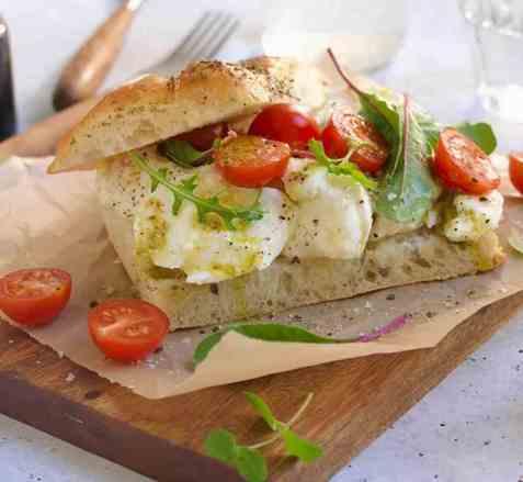 Focaccia med mozzarella, tomat og pesto oppskrift.