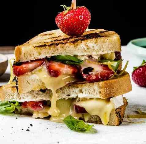 Ostesmørbrød med økologisk brie, jordbær og basilikum oppskrift.