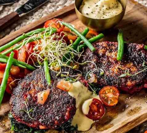 Vegetarbiff med bearnaisesaus og tomatsalat oppskrift.