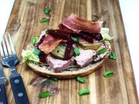 Dagens oppskrift er Blings med leverpostei, rødbeter og bacon.
