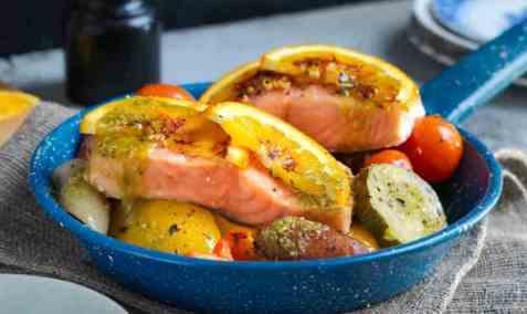 Laksefilet med ovnsbakt paprika, løk og squash oppskrift.