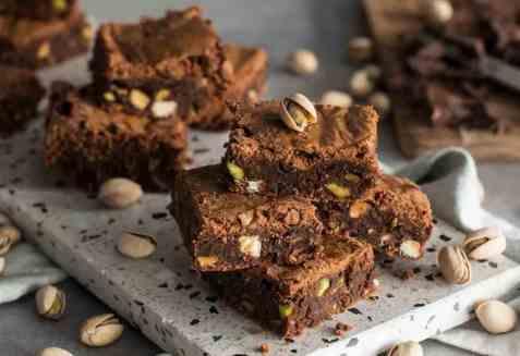 Brownies med pistasj og hvit sjokolade oppskrift.