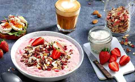 Strawberry & Coconut smoothie bowl oppskrift.