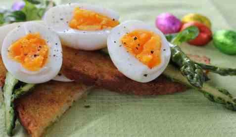 Bruschetta med egg og asparges oppskrift.