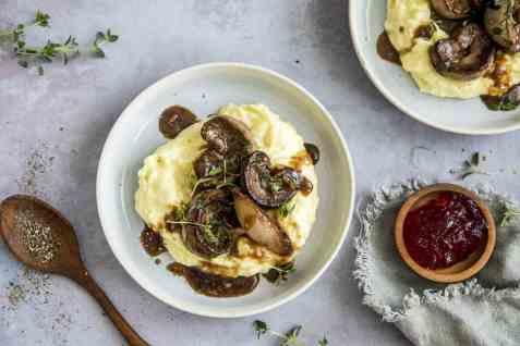 Lammenyrer med potetmos og ripsgelé oppskrift.