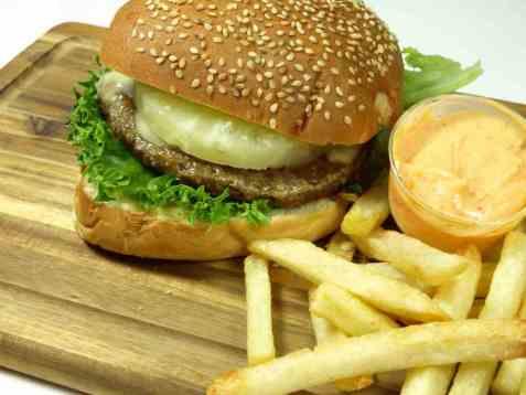 Dagens oppskrift er Hawaiiburger med pommes frites.