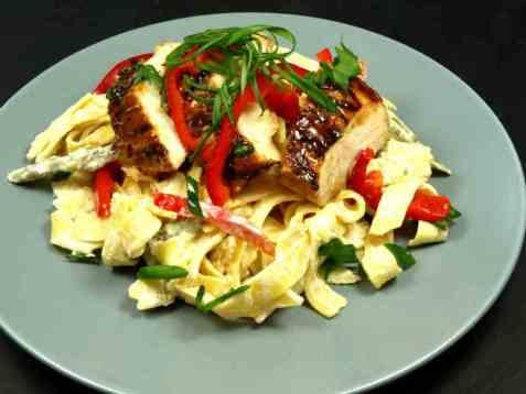 Båndspaghetti med paprika og kajenne saus oppskrift.