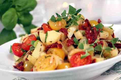 Potetsalat med cherrytomater oppskrift.