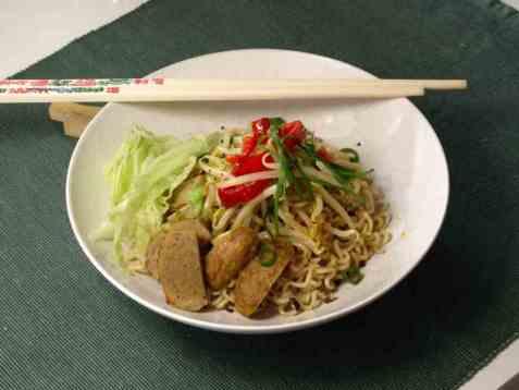 Asiatiske nudler med spirer og kjøttboller oppskrift.