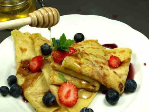 Dagens oppskrift er Lunkne pannekaker med sirup, blåbær og jordbær.
