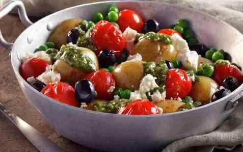 Ovnsbakte middelhavspoteter med pesto oppskrift.