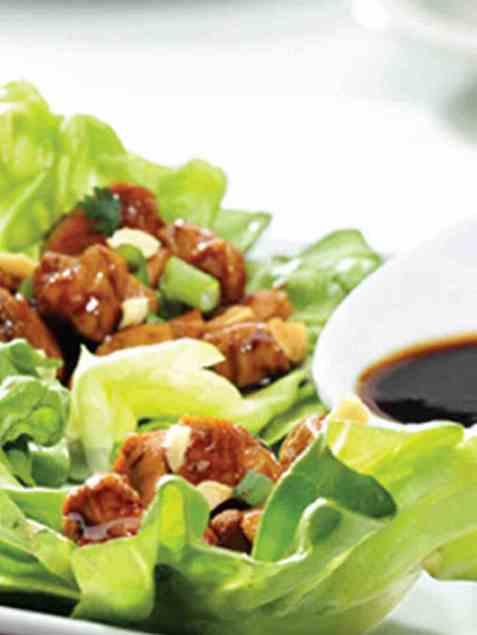 Salatwraps med asiatisk sviskesaus og kylling oppskrift.