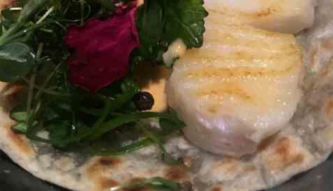 Fish taco med torsk, hvetetortilla, grønnkål, vårløk, og chillimajones oppskrift.