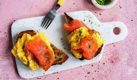 Middagsskive med laks og eggerøre oppskrift.