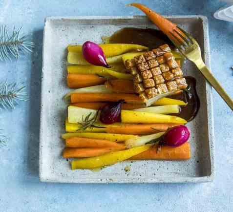 Ribbe med ovnsbakte gulrøtter og rødvinssaus oppskrift.