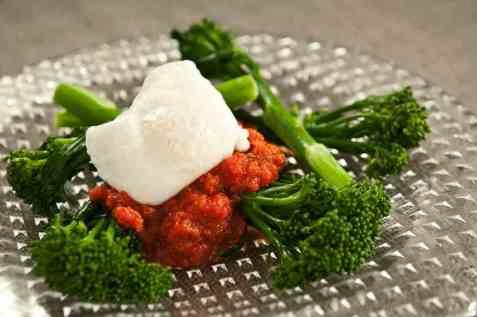 Brokkolini med rød paprikasaus og posjerte egg oppskrift.