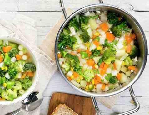 Klar grønnsaksuppe med brokkolini oppskrift.