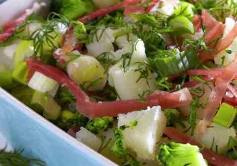 Salat med poteter, brokkoli og dill oppskrift.